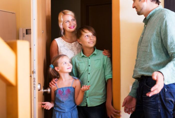 Welcoming_Strangers_the_Pros_and_Cons_of_Hosting_Open_Houses_During_the_Home_Selling_Process